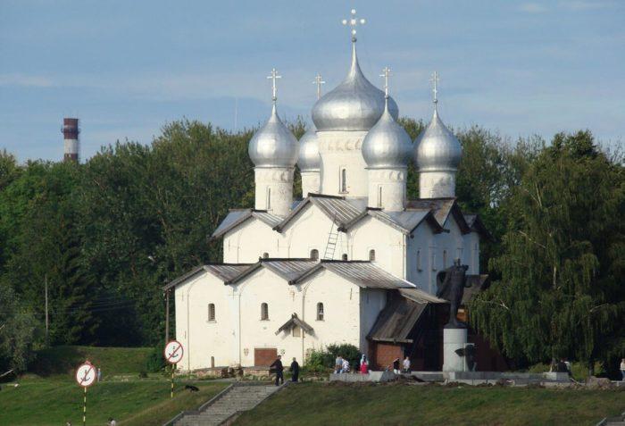 tserkov-borisa-i-gleba-na-plotnikah-700x477