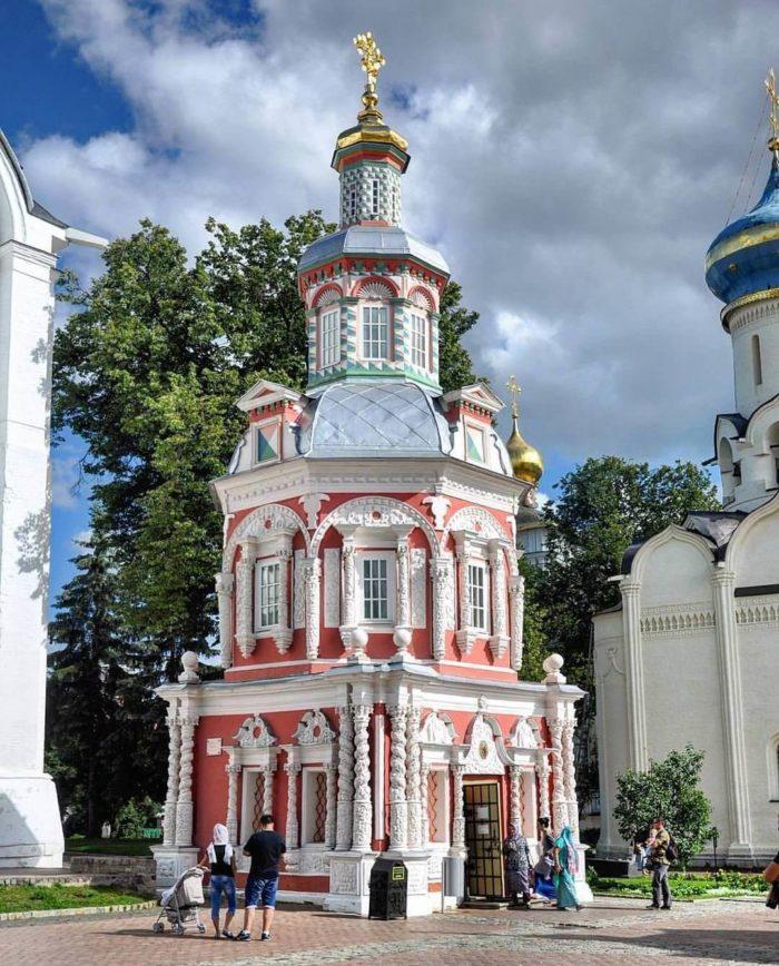 uspenskaya-chasovnya-nad-kolodtsem-700x868