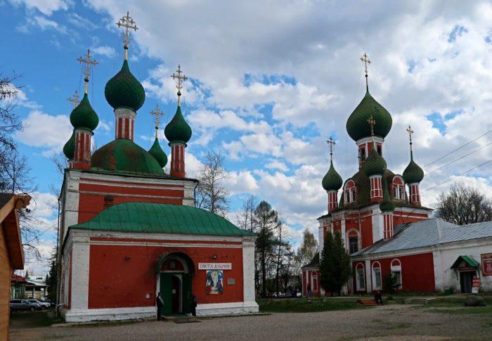 vladimirskiy-sobor-i-tserkov-aleksandra-nevskogo-700x485