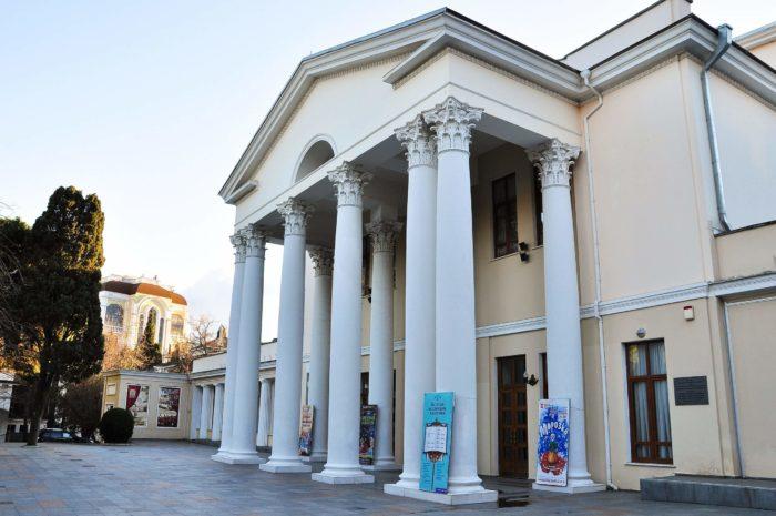 yaltinskiy-teatr-imeni-a.-p.-chehova-700x465