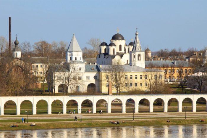 yaroslavovo-dvorische-i-torg-700x466