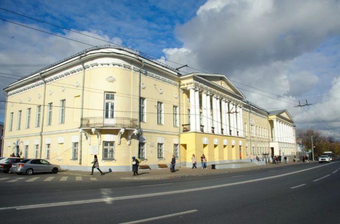 zdanie-byvshego-dvoryanskogo-sobraniya-700x463
