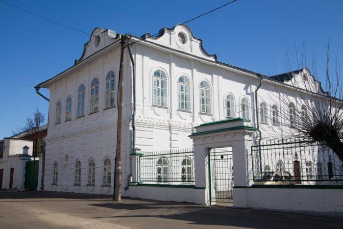 dom-kuptsa-pchelina-700x467