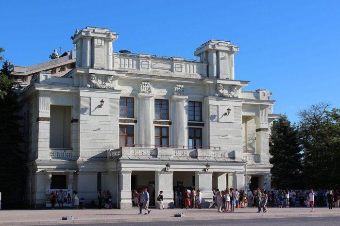 evpatoriyskiy-teatr-imeni-a.-s.-pushkina-700x466