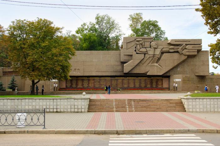 memorial-v-chest-geroev-vtoroy-oborony-sevastopolya-700x467