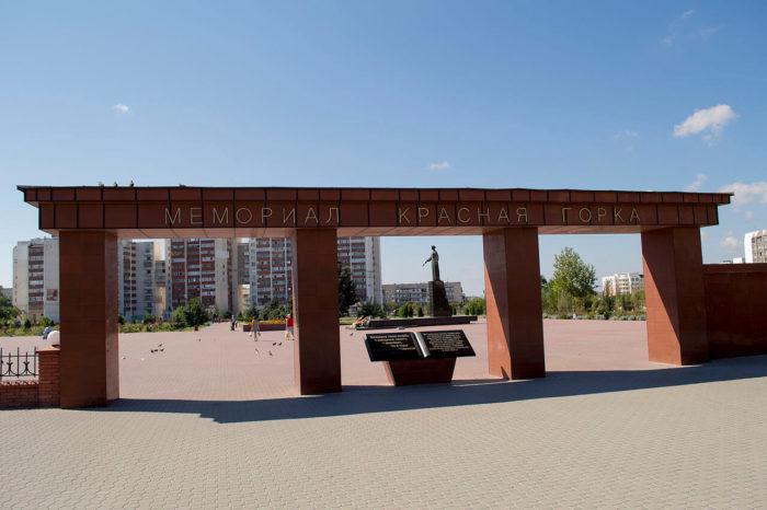 memorialnyy-kompleks-krasnaya-gorka-700x466