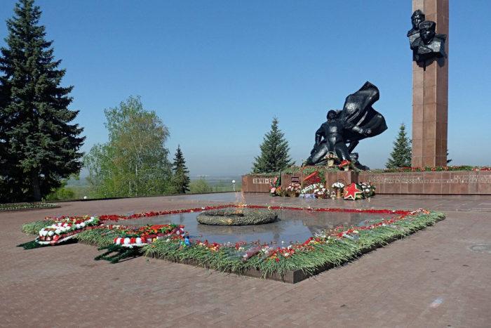 pamyatnik-a.-matrosovu-i-m.-gubaydullinu-700x467