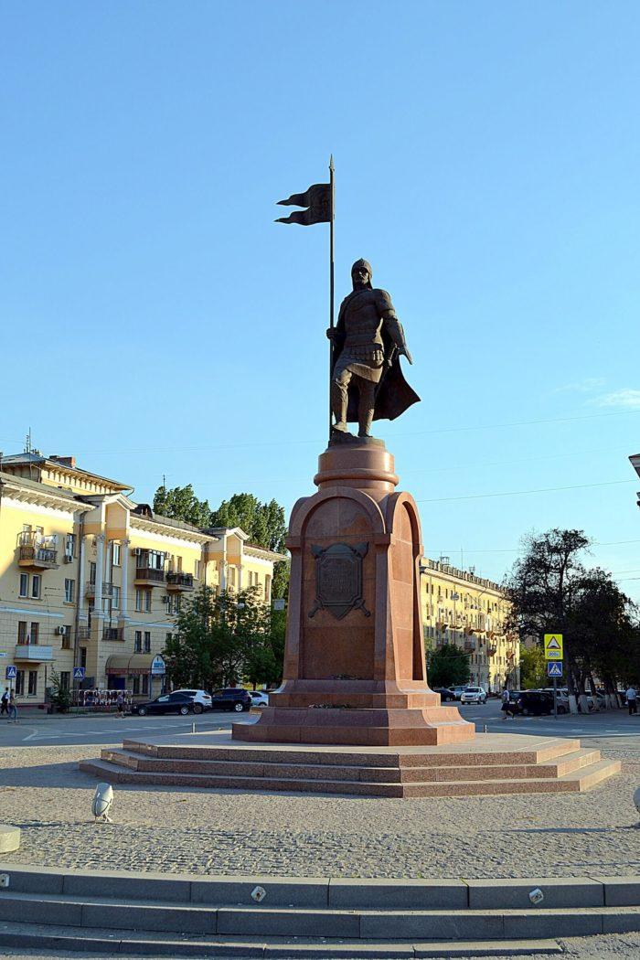 pamyatnik-aleksandru-nevskomu-700x1050