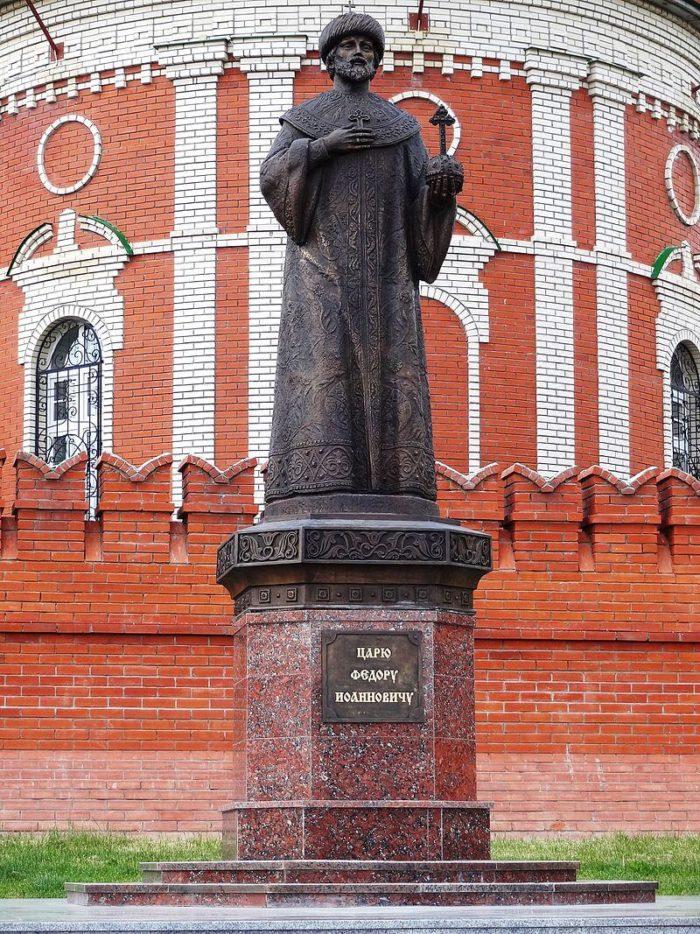 pamyatnik-fyodoru-i-ioannovichu-700x934