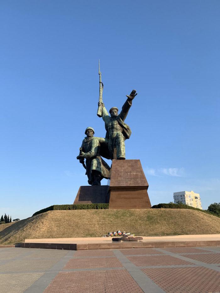 pamyatnik-matros-i-soldat-700x933