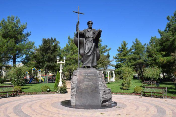 pamyatnik-svyatomu-apostolu-andreyu-pervozvannomu-700x466
