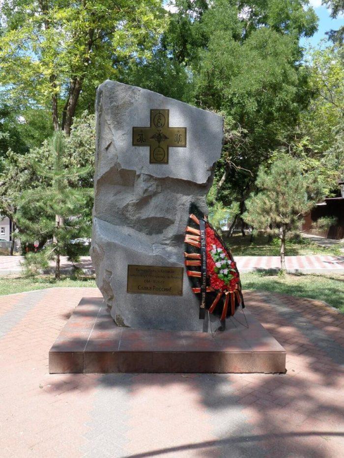 pamyatnyy-kamen-kazakam-pavshim-u-sten-kreposti-anapa-700x933