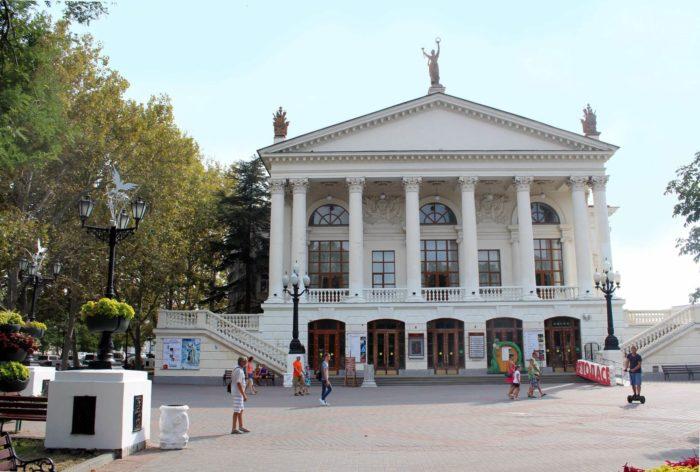 russkiy-dramaticheskiy-teatr-imeni-a.-v.-lunacharskogo-700x472