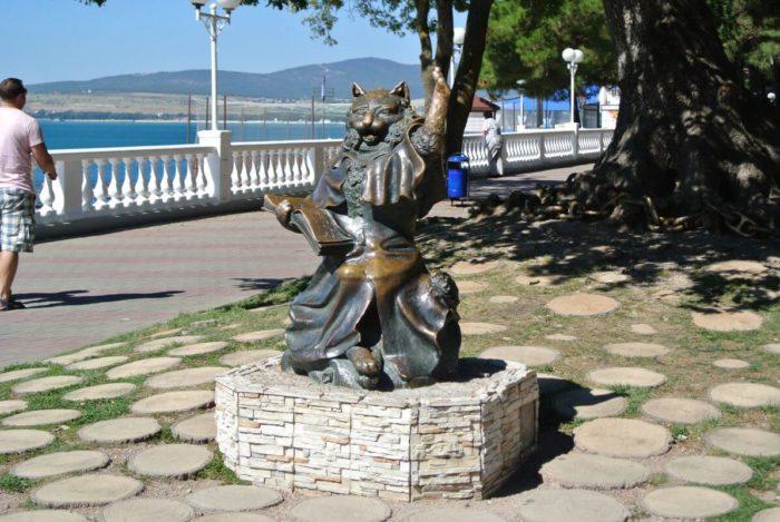 skulptura-kot-uchenyy-700x469