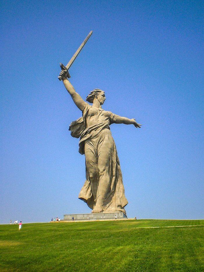 skulptura-rodina-mat-zovyot-700x934
