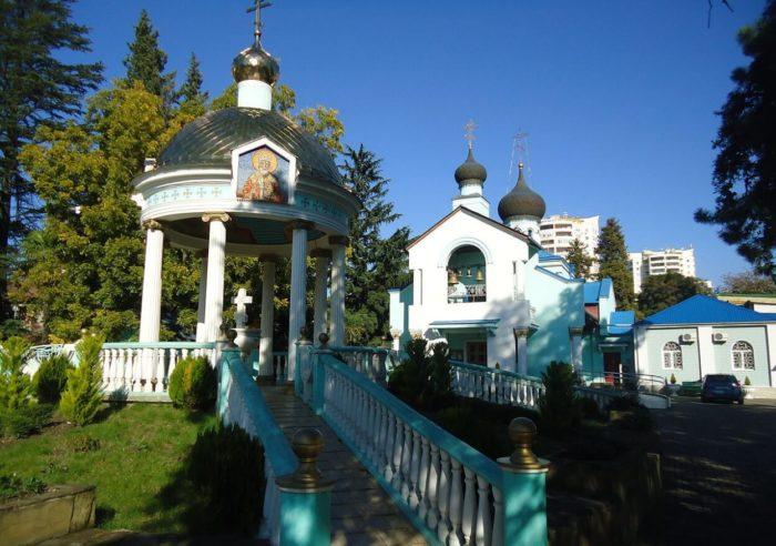 svyato-troitskiy-hram-700x492