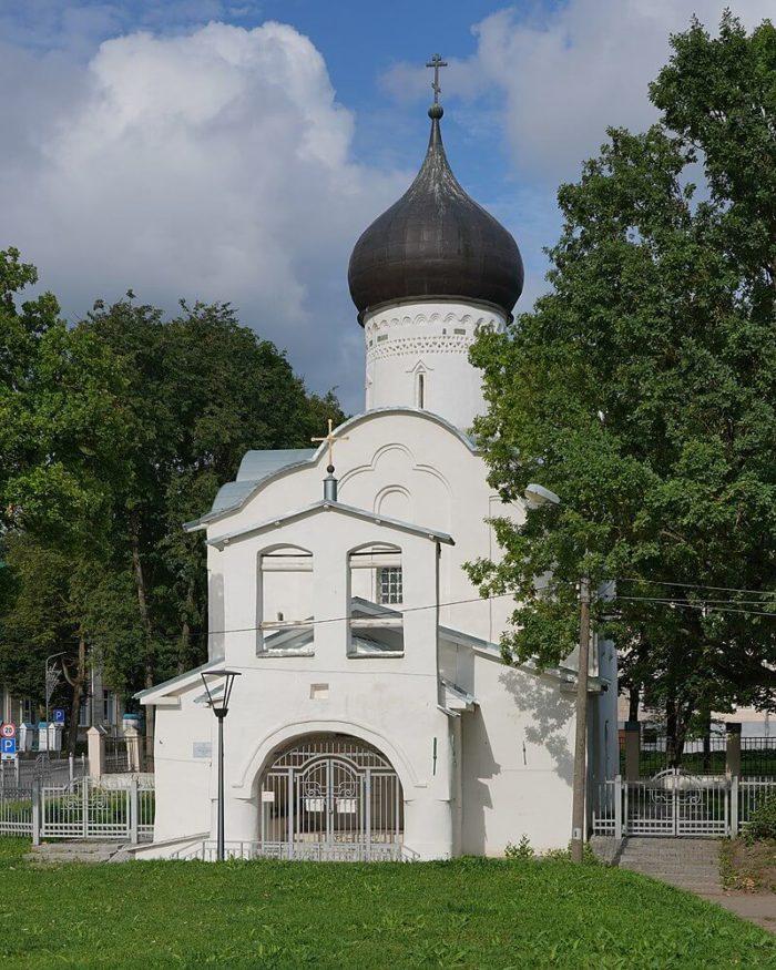 tserkov-georgiya-so-vzvoza-700x875