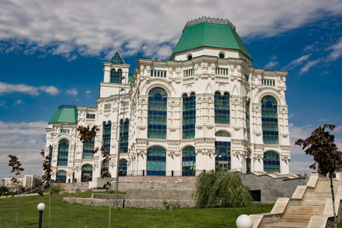 astrahanskiy-teatr-opery-i-baleta-700x467