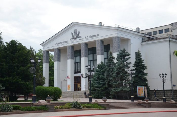 dramaticheskiy-teatr-imeni-pushkina-700x464