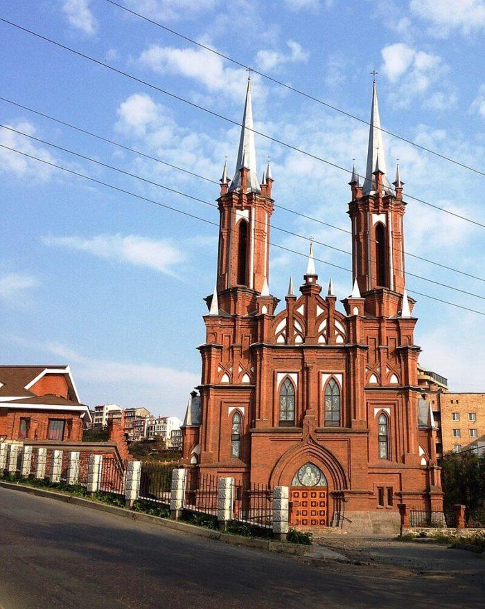 katolicheskaya-tserkov-presvyatoy-bogoroditsy-700x880