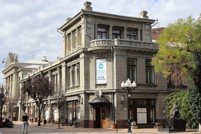 krymskiy-akademicheskiy-teatr-imeni-m.-gorkogo-700x466