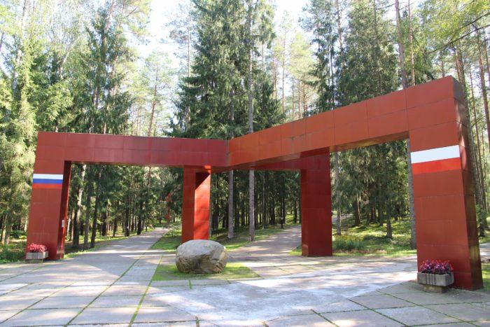 memorialnyy-kompleks-katyn-700x467