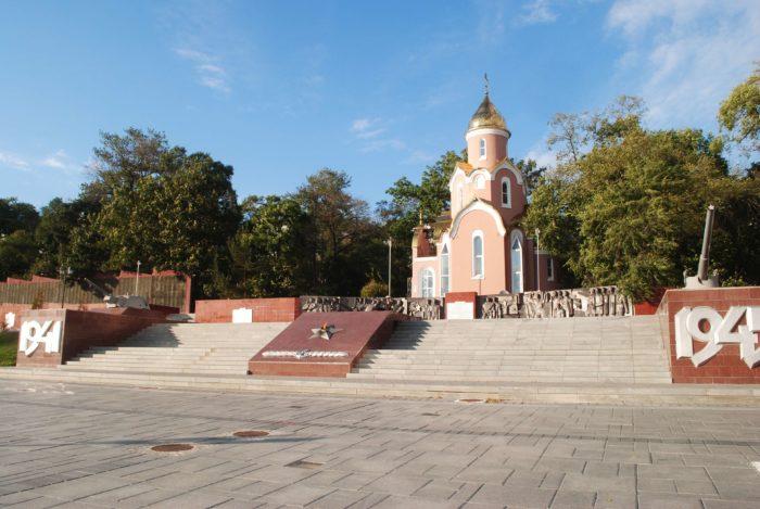 memorialnyy-kompleks-na-korabelnoy-naberezhnoy-700x469