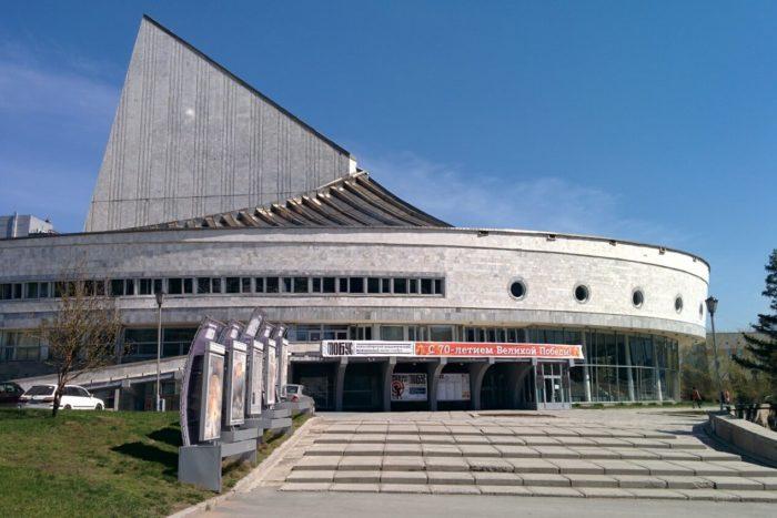 molodezhnyy-teatr-globus-700x467
