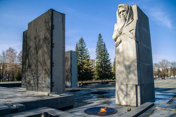 monument-slavy-700x467