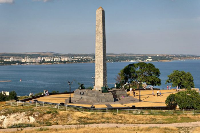 obelisk-slavy-na-gore-mitridat-700x466