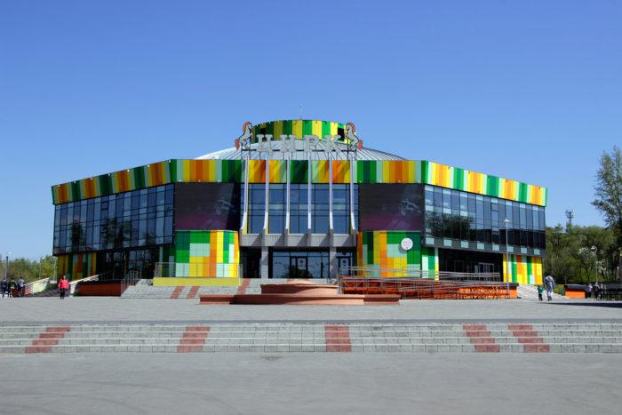 omskiy-gosudarstvennyy-tsirk-700x467