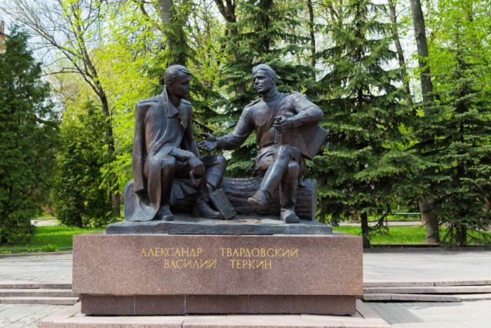 pamyatnik-aleksandru-tvardovskomu-i-vasiliyu-tyorkinu-700x467