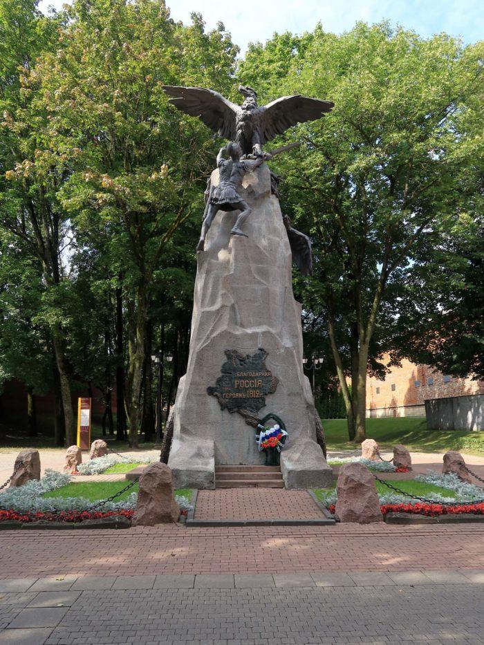 pamyatnik-blagodarnaya-rossiya-geroyam-1812-goda-700x933