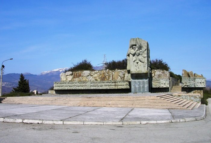 pamyatnik-krymskim-partizanam-700x476