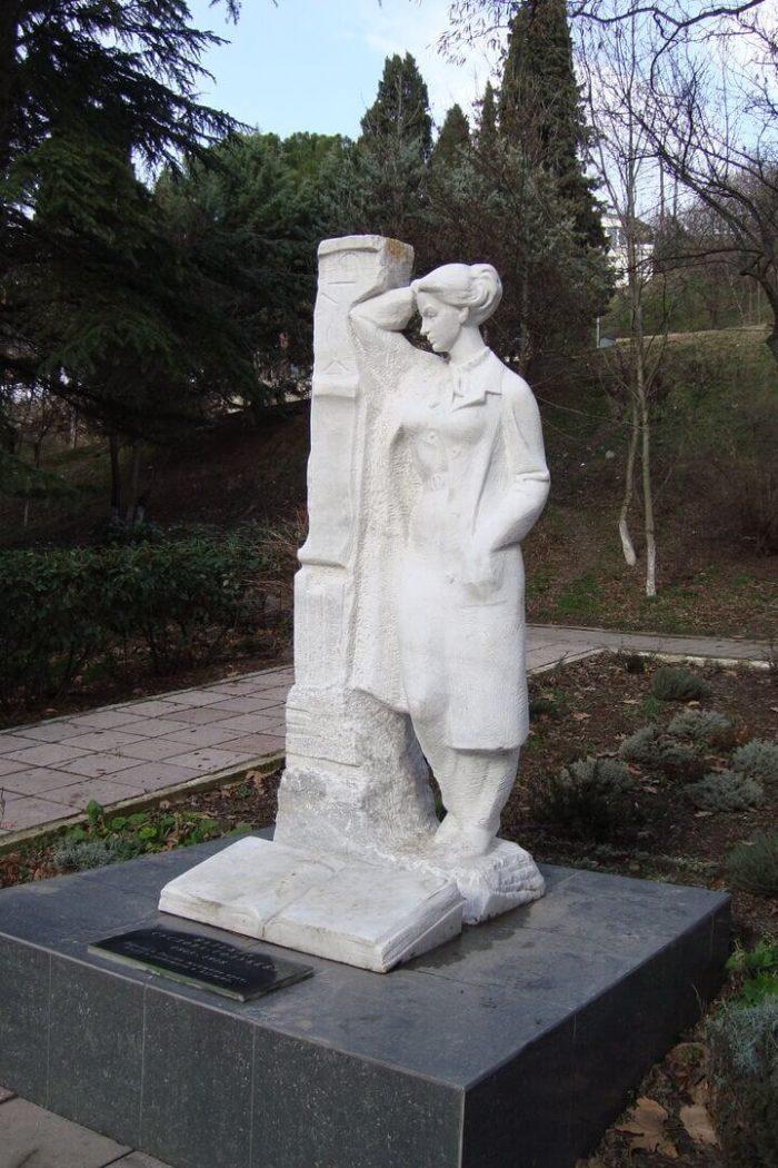 pamyatnik-nadezhde-suslovoy-golubevoy-700x1050