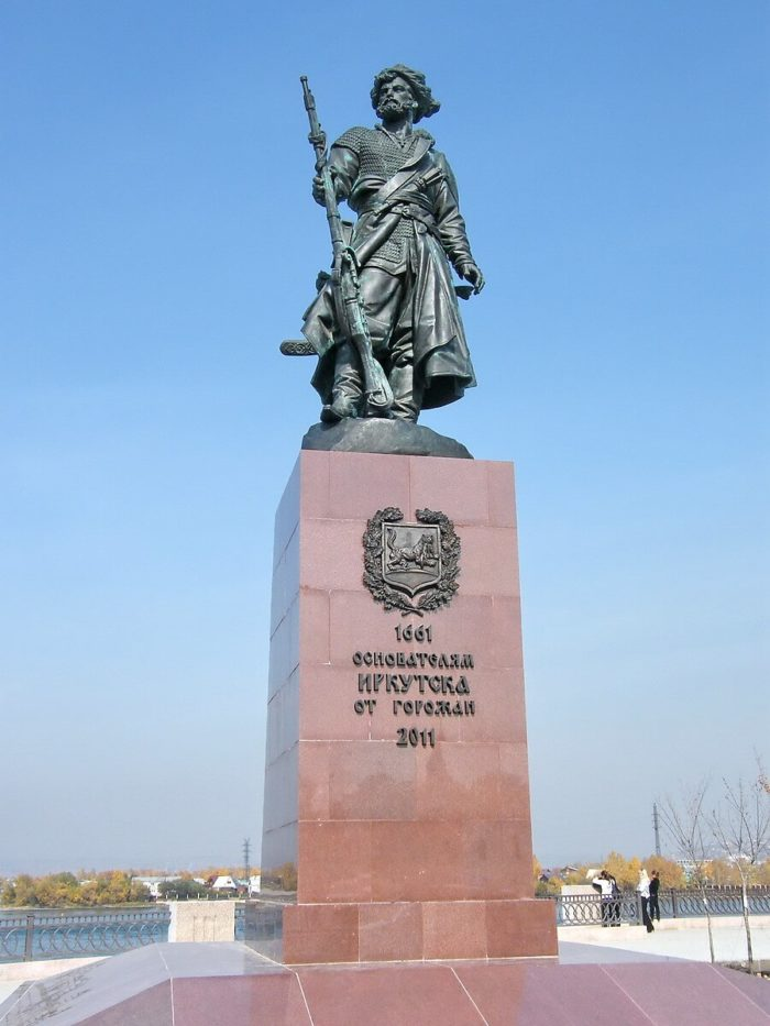 pamyatnik-yakovu-pohabovu-700x933