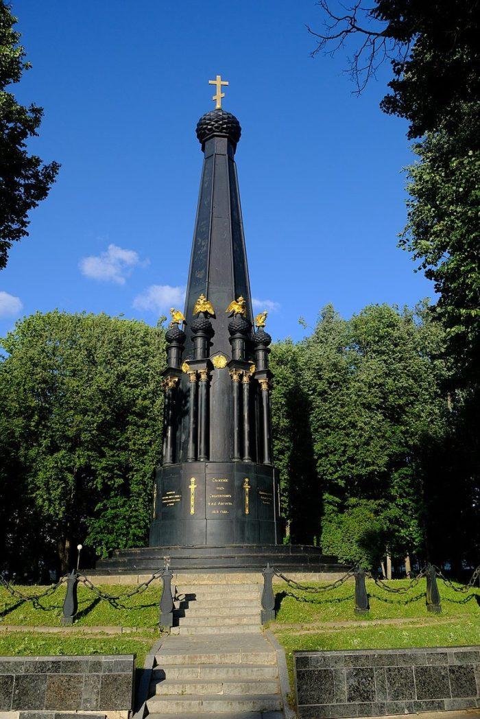 pamyatnik-zaschitnikam-smolenska-4-5-avgusta-1812-goda-700x1048