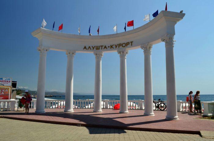 rotonda-na-naberezhnoy-alushty-700x463