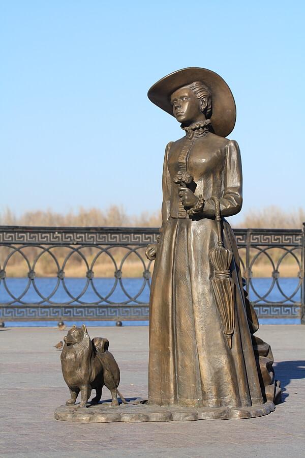 skulptura-dama-s-sobachkoy