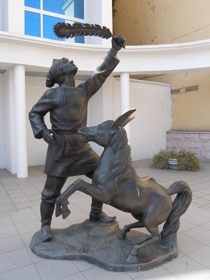 skulptura-ivanushka-i-konek-gorbunok-700x933