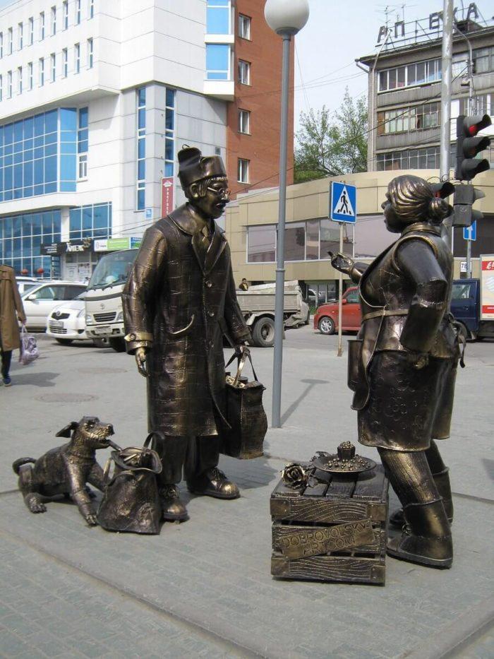 skulpturnaya-kompozitsiya-stsena-pokupki-700x933