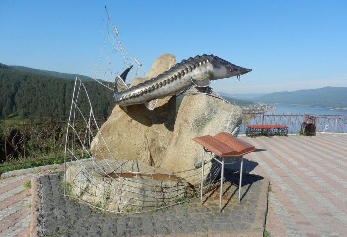 smotrovaya-ploschadka-i-pamyatnik-tsar-ryba-700x480