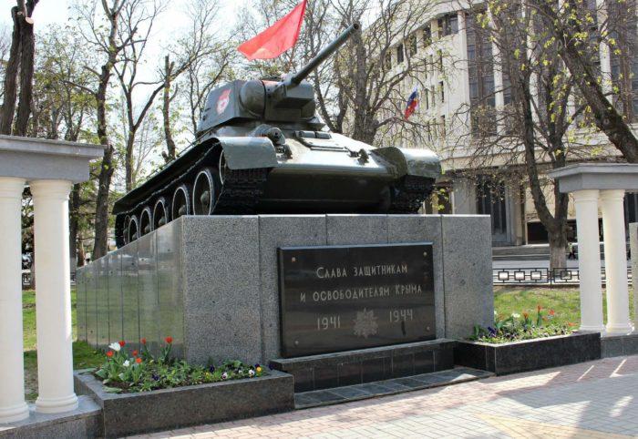 tank-pamyatnik-osvoboditelyam-simferopolya-700x482