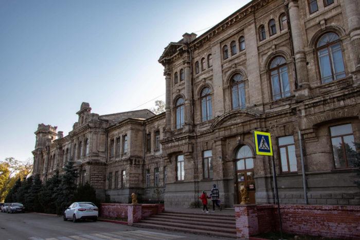 zdanie-romanovskoy-zhenskoy-gimnazii-700x467