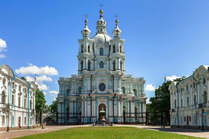 Ansambl-Smolnogo-monastyrya-700x467