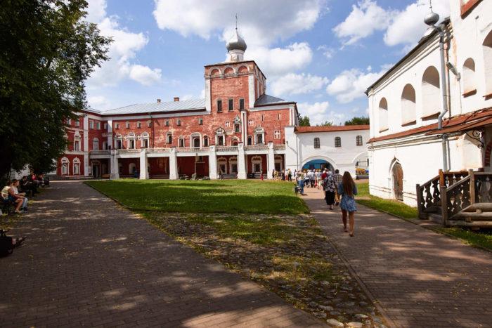 Arhiereyskiy-dvor-700x467