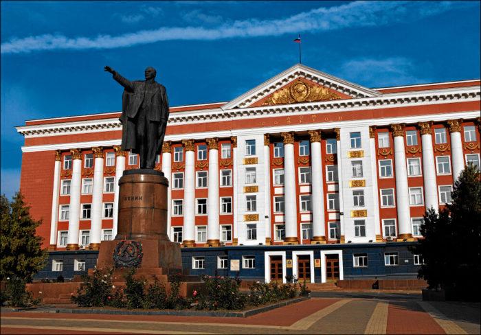 Dom-Sovetov-i-pamyatnik-V.-I.-Leninu-700x488