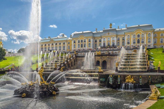 Dvortsovo-parkovyy-ansambl-Petergof-700x467