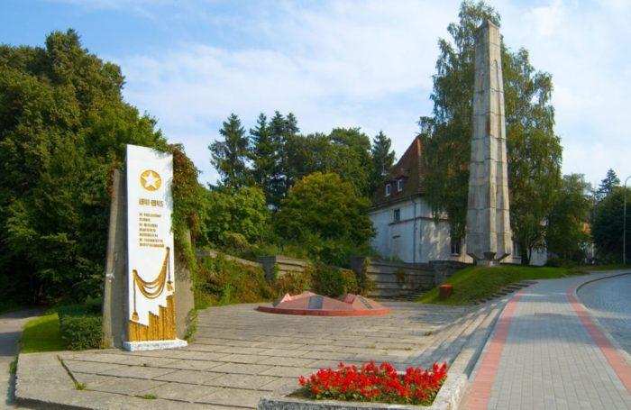 Memorialnyy-kompleks-na-bratskoy-mogile-sovetskih-voinov-700x455