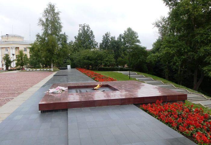 Mogila-Neizvestnogo-soldata-s-Vechnym-ognyom-Slavy-700x482